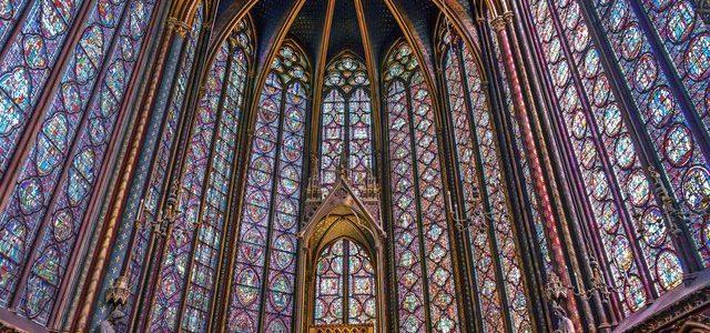پنجره های خیره کننده استیند گلس در کلیسای سنت شاپل