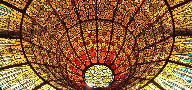 گنبد معکوس شیشه ای استیندگلس در سالن موسیقی پالائو دلا موسیکا (قصر موسیقی کاتالان)