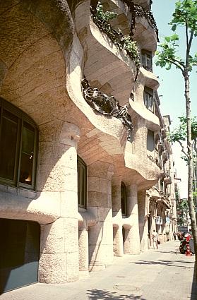 Casa Milà or La Pedrera کاسا میلا. آنتونی گائودی