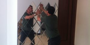 نصب آینه روی دیوار