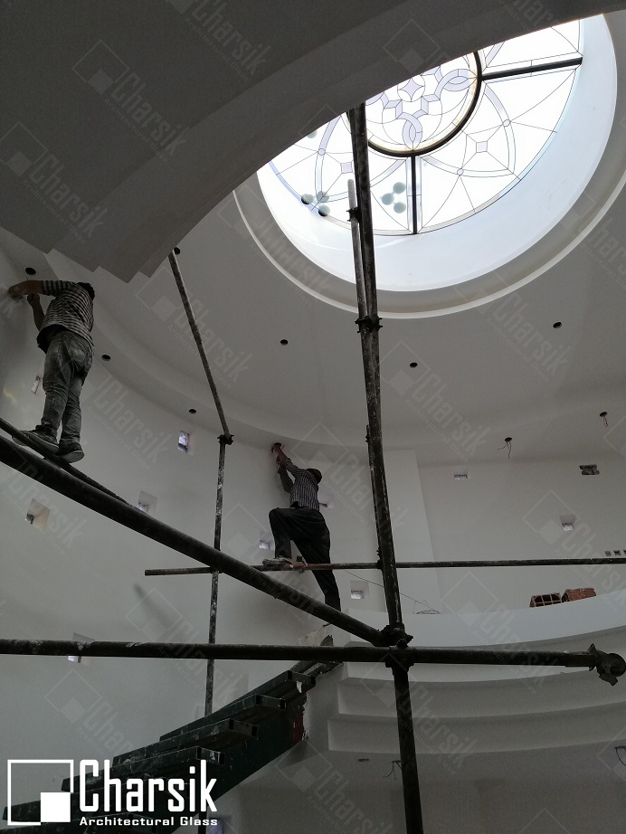 شیشه تزئینی و دکوراتیو سقف با تکنیک استین گلس چارسیک